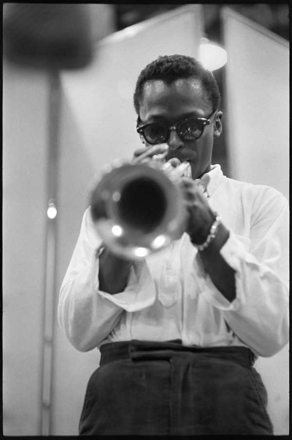 Miles_davis_1956_don_hunstein_medium