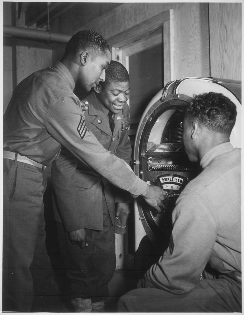Soldiers_listening_to_a_jukebox,_ca._1941_-_ca._1945_-_NARA_-_535751