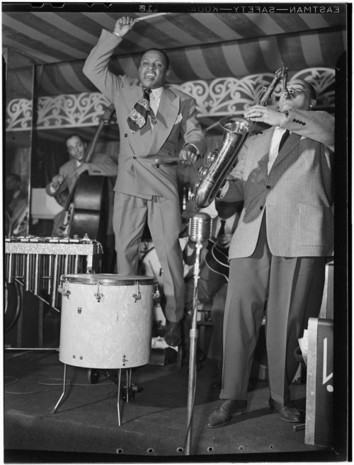 Lionel_Hampton_and_Arnett_Cobb,_Aquarioum,_NYC,_ca._June_1946_(Gottlieb)