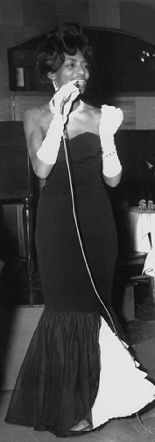 7-IRMA CURRY on stage singing - Love Is A Necessary Evil @72dpi-mm