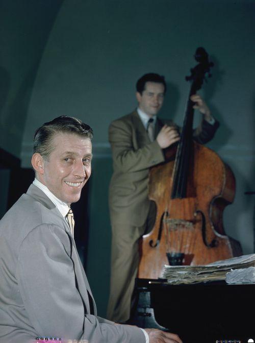 Stan_Kenton_and_Eddie_Safranski,_1947_or_1948_(William_P._Gottlieb_04871)