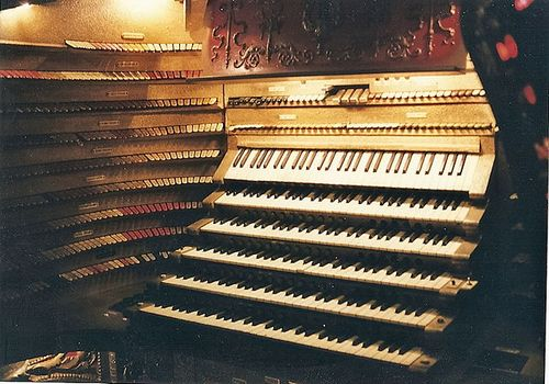 640px-Barton_organ_originally_installed_in_the_Chicago_Stadium,_Chicago_IL_USA;_console_detail