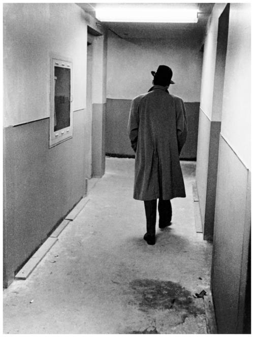 Frank-sinatra-strolls-down-the-hallway-la-rec-studio-1961
