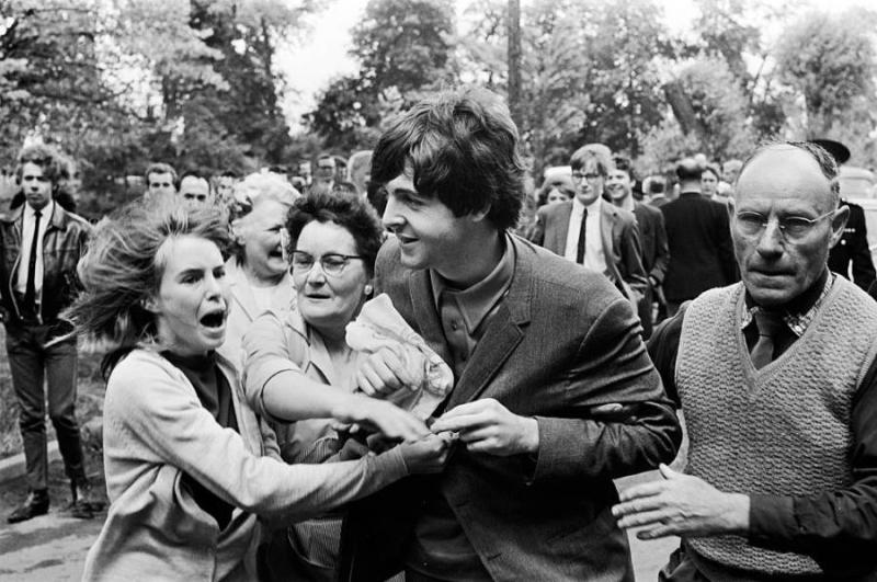 Paul-mccartney-mobbed-by-fans