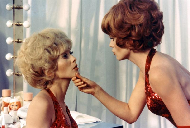 Catherine-Deneuve-and-Françoise-Dorléac-on-the-set-of-Les-demoiselles-de-Rochefort-directed-by-Jacques-Demy-1967-1280x864